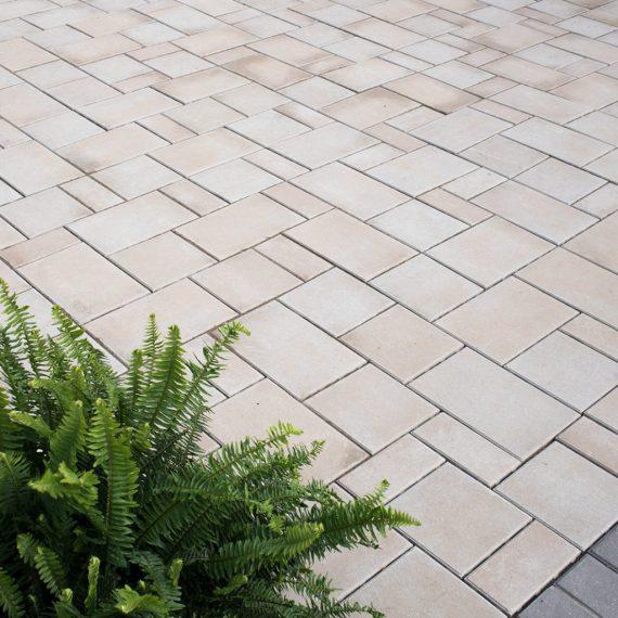 Highthorn sandstone with Bella moderna black accent paver border